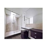 Отдаете предпочтение просторным ванным комнатам? Стеклянные душевые кабины с минималистичной фурнитурой станут идеальным вариантом.